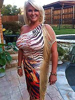 Elegant mature MILF posing nude on picture